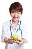 Молодая азиатская женская выставка доктора яблоко Стоковое Фото