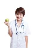 Молодая азиатская женская выставка доктора яблоко Стоковое фото RF