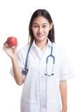 Молодая азиатская женская выставка доктора яблоко Стоковые Изображения