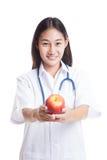 Молодая азиатская женская выставка доктора яблоко Стоковые Изображения RF