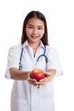 Молодая азиатская женская выставка доктора яблоко Стоковое Изображение