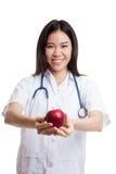 Молодая азиатская женская выставка доктора яблоко Стоковые Фотографии RF