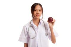Молодая азиатская женская выставка улыбки доктора яблоко Стоковое Фото
