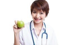 Молодая азиатская женская выставка улыбки доктора яблоко Стоковое Изображение RF