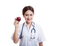 Молодая азиатская женская выставка улыбки доктора яблоко Стоковые Фото