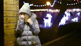 Молодая азиатская женщина девушки ждать, полагаясь против деревянной стены свода видеоматериал
