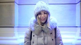 Молодая азиатская женщина девушки смотрит лампу в камере, усмехаться и смеяться над акции видеоматериалы