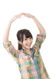 Молодая азиатская женщина держа обе руки над ее головой стоковое изображение rf