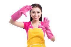 Молодая азиатская женщина держа щетку пола изолированный на белизне Стоковое фото RF