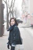 Молодая азиатская женщина идя на улицу стоковое фото rf