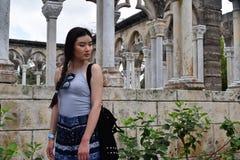 Молодая азиатская женщина на средневековых руинах стоковые фотографии rf