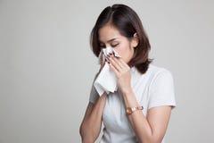 Молодая азиатская женщина получила больной и гриппом Стоковое Изображение