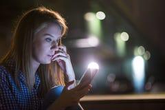 Молодая азиатская женщина получила плохую новость с ее умным телефоном Стоковая Фотография
