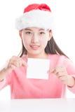 Молодая азиатская женщина при шляпа рождества изолированная на белизне Стоковое Изображение RF