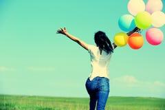 Молодая азиатская женщина с покрашенными воздушными шарами Стоковое Фото