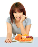 Молодая азиатская женщина с donuts на таблице Стоковая Фотография