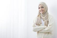 Молодая азиатская мусульманская женщина в головной улыбке шарфа стоковые изображения rf