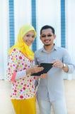Молодая азиатская мусульманская женщина в головном шарфе усмехается совместно стоковое изображение rf