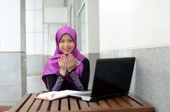Молодая азиатская мусульманская женщина в головном шарфе Стоковые Изображения RF