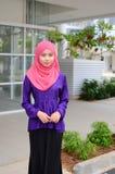 Молодая азиатская мусульманская женщина в головном шарфе Стоковая Фотография RF