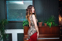 Молодая азиатская сексуальная модель представляя около рояля в элегантном платье Стоковая Фотография RF