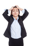 Молодая азиатская усиленная коммерсантка, полученный головную боль, несчастную стоковая фотография rf