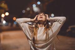 Молодая дама брюнет выкрикивая в отчаянии стоя дальше Стоковое фото RF