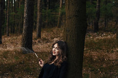 Молодая дама в лесе стоковая фотография rf