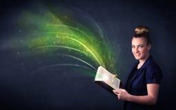 Молодая дама держа книгу с волной Стоковые Фотографии RF