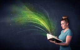 Молодая дама держа книгу с волной Стоковое Изображение