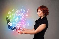 Молодая дама держа тетрадь с красочной мультимедиа нарисованными рукой Стоковая Фотография RF