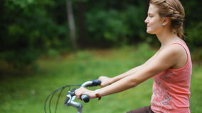 Молодая дама едет винтажный велосипед на дороге леса после дождя в лете сток-видео