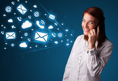Молодая дама звоня телефонный звонок с иконами сообщения Стоковые Фото