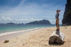 Молодая дама имея каникулы на тропическом курорте Стоковое Изображение