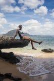 Молодая дама имея каникулы на тропическом курорте Стоковое Изображение RF