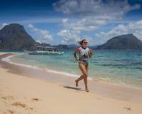 Молодая дама имея каникулы на тропическом курорте Стоковые Изображения RF