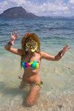 Молодая дама имея каникулы на тропическом курорте Стоковые Изображения