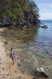 Молодая дама имея каникулы на тропическом курорте Стоковое фото RF