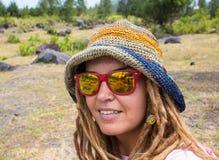 Молодая дама имея каникулы на тропическом курорте Стоковое Фото