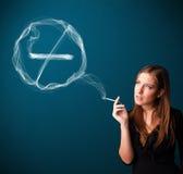 Молодая дама куря нездоровую сигарету с для некурящих знаком Стоковое Изображение RF