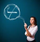 Молодая дама куря нездоровую сигарету с для некурящих знаком Стоковое фото RF