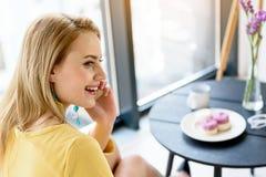 Молодая дама наслаждаясь переговором на smartphone Стоковая Фотография RF