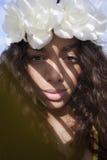 Молодая дама нося крону цветка стоковое фото rf