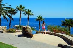 Молодая дама принимая в вид на океан на парке Heisler, l Стоковые Фото