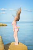 Молодая дама с совершенной диаграммой загорая стоять Стоковая Фотография