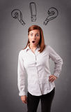 Молодая дама думая с вопросительными знаками наверху Стоковая Фотография RF