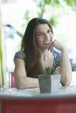 Молодая латинская женщина на баре улицы Стоковая Фотография