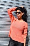 Молодая латинская женщина представляя outdoors стоковые фотографии rf