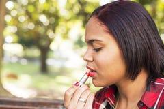 Молодая латинская красивая девушка с piercing губами состава с lipstik, ou стоковая фотография rf