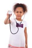 Молодая африканская азиатская девушка держа стетоскоп стоковые изображения